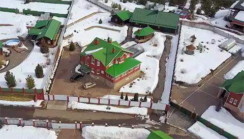 Особняк в поселке «Зеленый камень. (Дом губернатора — с белым забором)