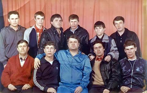Внизу воры в законе: 2) Николай Зыков (Якутенок), 3) Евгений Васин (Джем), 4) Александр Волков (Волчок), 5) Эдуард Сахнов (Сахно); вверху: 4) Толик Гусь, 5) Виталий Турбин (Турбинка)