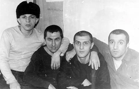 Слева воры в законе: Илья Симония (Махо), Датико Цихелашвили (Дато Ташкентский), Паата Твалчрелидзе (Паата Маленький) и Реваз Цицишвили (Цицка), 1988 год, Тулун