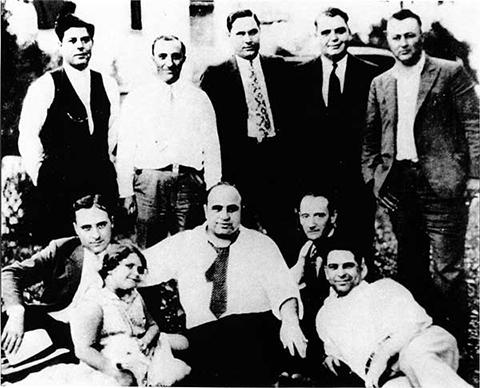 Нижний ряд слева: Джек Макгорн, Аль Капоне
