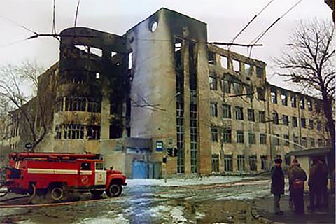 в феврале 1999 года в здании УВД Самарской области случился сильнейший пожар. Здание выгорело полностью. Погибло 57 человек. В огне сгорели и многие важные документы. Якобы в том пожаре исчезли и важные материалы на Махлая