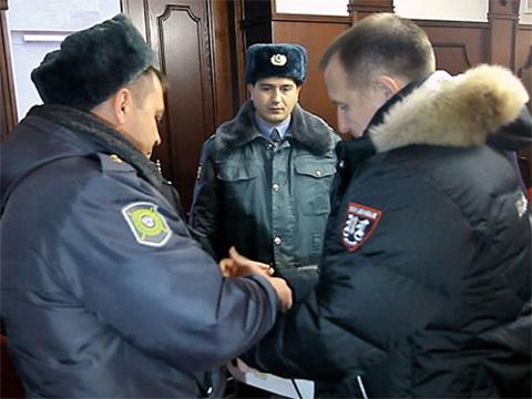 Юсупову одевают наручники в зале суда