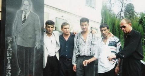 Слева воры в законе: 3) Рустам Назаров (Крест), 4) Тенгиз Думоев (Гочо) на могиле Рантика, Сочи
