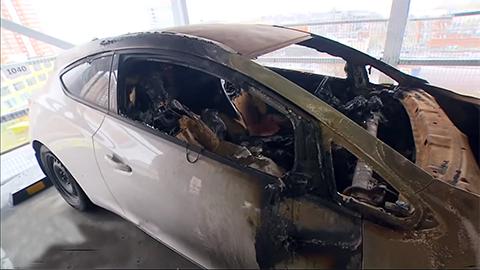 Один из подожженных автомобилей