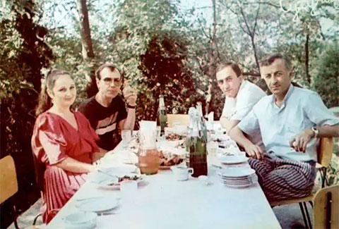 Второй слева: Паша Цируль с супругой Розой и близкими