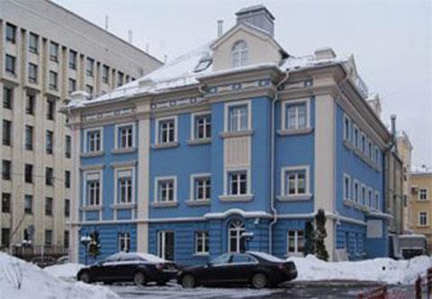 А этот коттедж стоил властям, благодаря стараниям куратора имущества Ямала, 188 млн рублей. Правда, ремонтировали его за 222 млн рублей