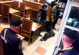 Теперь в суде обвиняемых охраняют не менее десяти конвоиров
