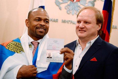 Рой Джонс-младший во время получения российского гражданства с промоутером Владимиром Хрюновым