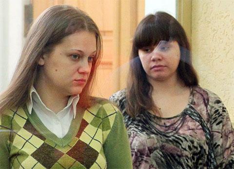 Анастасия Синельник (слева) и Виктория Таривердиева, обвиняемые в бандитизме и убийствах, во время судебного заседания в Ростовском областном суде