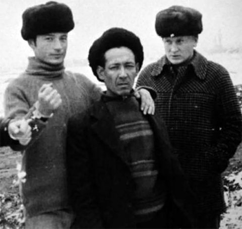 Слева: Николай Джумагалиев на следственном эксперименте