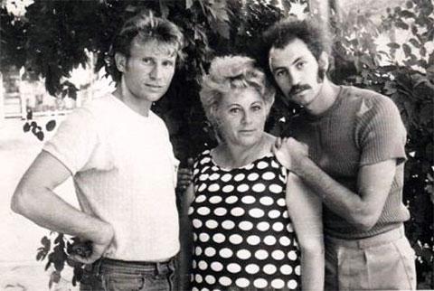 Слева: Феликс и Борис Красиловские с мамой