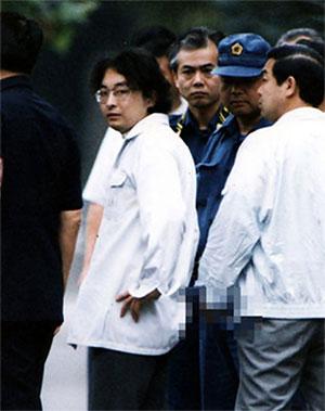 Цутому Миядзаки во время следственного эксперимента