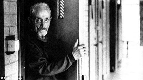 Уильям Макдональд у двери своей камеры в возрасте, где он провел последние дни перед смертью после пятидесятилетнего заключения