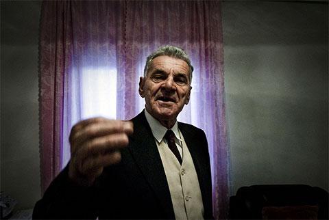 Марку Пиетри 70 лет. В 1997 году его брата арестовали по обвинению в убийстве. Марку утверждает, что это была ошибка, но с тех пор опасается мести родственников убитого