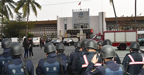 Спецназ у Тайваньской тюрьмы во время захвата заложников в феврале 2015 года
