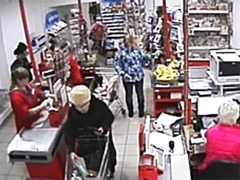 Блокадница Рауза Галимова на кассе супермаркета