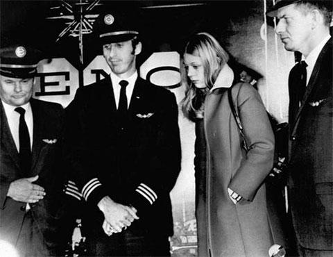 Вторая справа: стюардесса Тина Маклоу