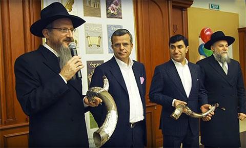 Год Нисанов и Зарах Илиев на открытии еврейской школы «Хедер Менахем»