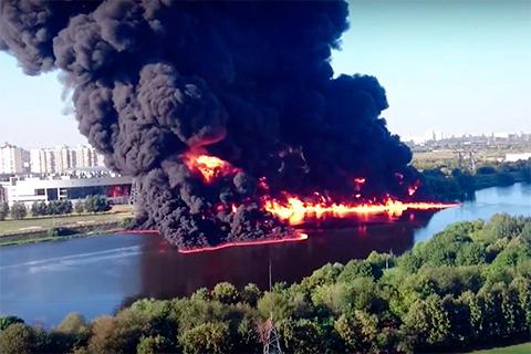 Горение нефти на Москва реке