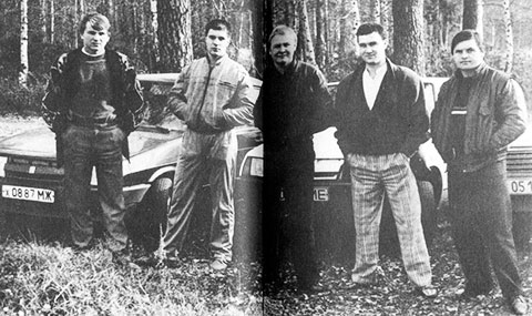 упив первые авто, Герман Старостин (Гера) и Александр Сухоруков (Сухой) сфотографировались с друзьями — Свиридом и братьями Пирушко