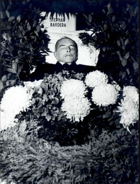 Гроб с телом Степана Бандеры