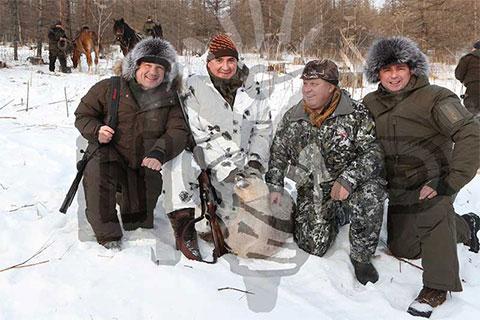 Слева направо: Андрей Воробьев, Алексей Дюмин, молодой марал, Виктор Зимин и Дмитрий Миронов (фото: ЦУР)