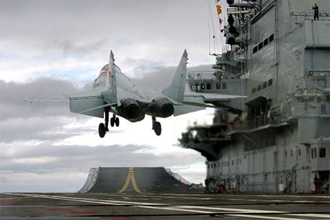 МиГ-29К взлетает с палубы авианосца «Адмирал Кузнецов»
