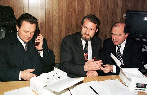 Иван Рыбкин, Ахмед Закаев и Борис Березовский во время встречи в Грозном, 1996 год