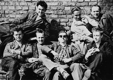 Ли Харви Освальд (в очках) с заводскими друзьями в Минске