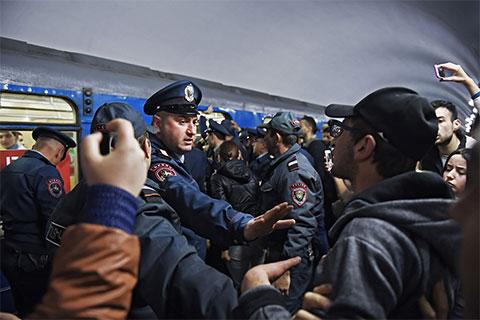 Сотрудник правоохранительных органов на станции Ереванского метрополитена, где участники акции гражданского неповиновения заблокировали вагон электропоезда