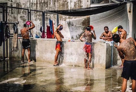 Душ в тайской тюрьме Клонг Прем