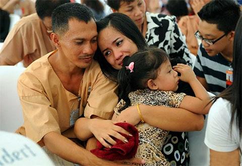 Свидание всегда проходит очень быстро и жены уходят со слезами на глазах. Тайцы, обычно, стараются держаться в такие минуты