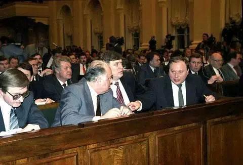 Слева: Александр Шохин, Виктор Черномырдин, Владимир Шумейко и Егор Гайдар во время VII съезда народных депутатов России, 1992 год