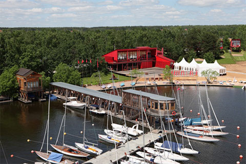 Понтонный причал яхт-клуба «Пирогово» в бухте Тихой