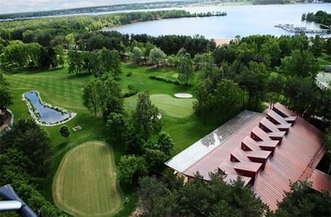 Часть гольф-поля «Пирогово» и бухта Тихая