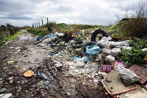 Мусор на границе возделываемых земель недалеко от Кайвано, в окрестностях Неаполя, на юге Италии