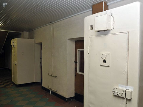 Перед входом в следственные кабинеты стоят большие железные камеры. В них в советское время запирали подследственных, пока они ждали разрешения зайти в кабинет