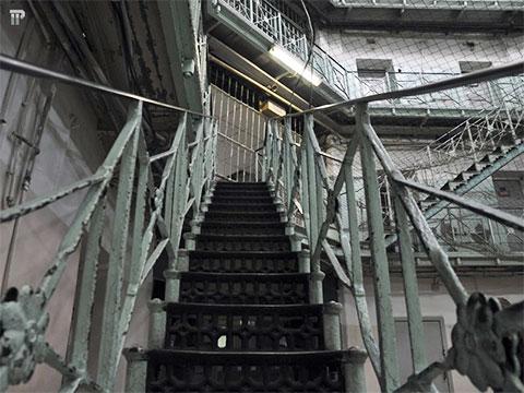 Подняться на любой из пяти этажей Крестов можно из центра корпуса по специальным лестницам