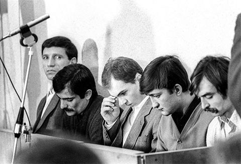 Члены банды Павла Якшиянца (слева), захватившей детей, в зале суда