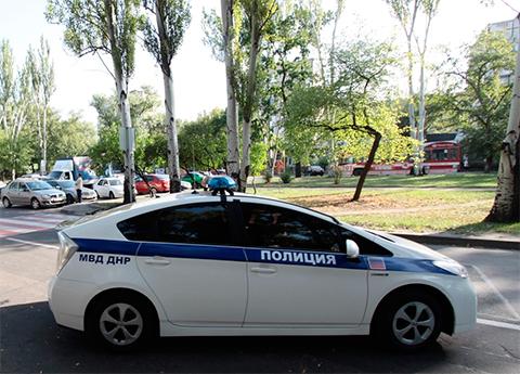 Полицейский автомобиль на одной из улиц в Донецке