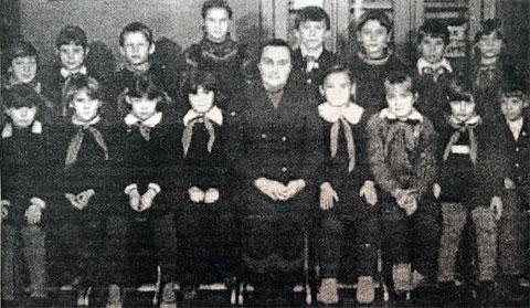 Мать Володина Лидия Барабанова с учениками — фотография из ее единственного интервью, данного саратовской газете «Земское обозрение» в 2002 году