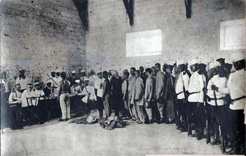 Медицинский осмотр каторжан в Бутырке. 1905 год