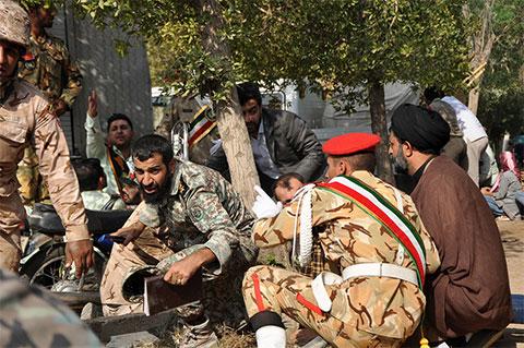 Иранские военнослужащие и мирные жители пытаются укрыться от стрельбы во время парада в городе Ахваз