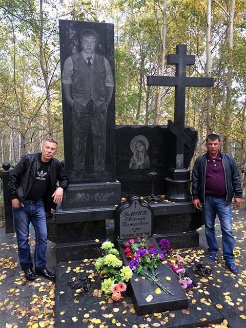 Шансонье Дмитрий Сулей на могиле Евгения Васина (Джем) г. Комсомольск-на-Амуре