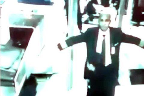 Захари Ахмад Шах проходит проверку безопасности в Международном аэропорту при посадке на рейс МН370