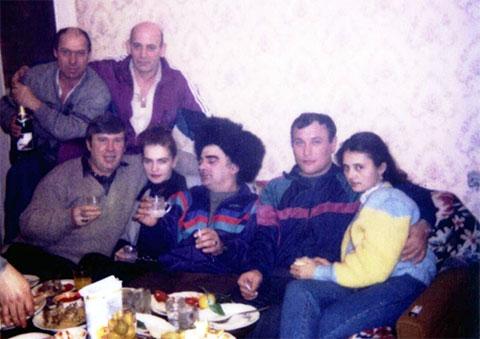 На диване слева направо: 1) Анатолий Темников (Сапог), 4) Владимир Зятьков (Зятек)