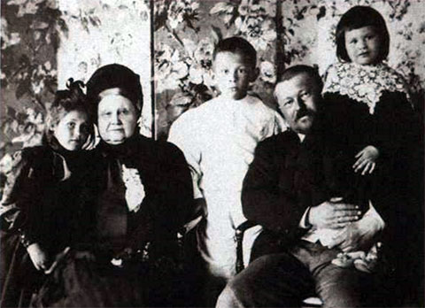 Савва Тимофеевич Морозов с матерью Марией Федоровной и детьми Марией, Тимофеем и Еленой. 1898 год