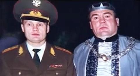 Слева: Александр Трунов и Алексей Корниенко на маскараде