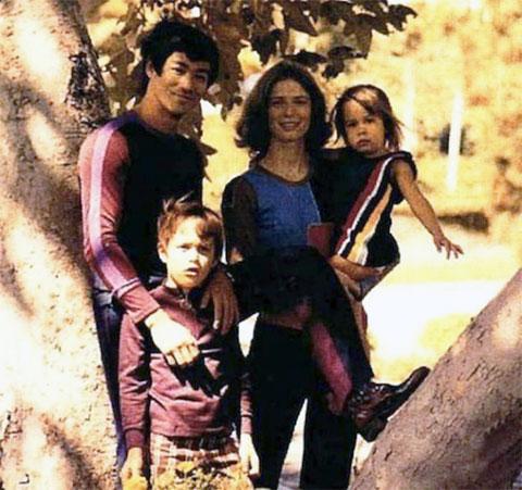 Брюс Ли с женой Линдой, сыном Брэндоном и дочерью Шэннон