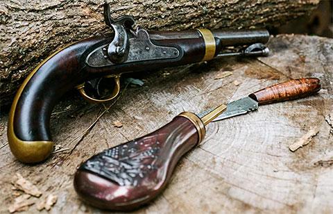 Антикварный пистолет и нож (фото)